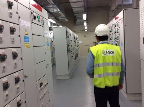 Un trabajador en una planta de Ence