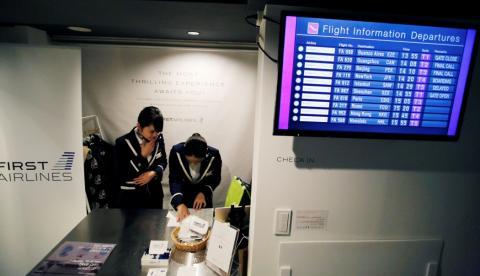 Unas azafatas en una experiencia de vuelo de primera clase en Tokio, Japón.