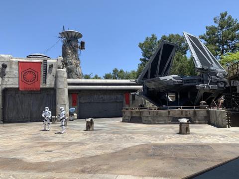 Al entrar en Galaxy's Edge, verás patrullas de tropas de asalto y la nave de Kylo Ren.