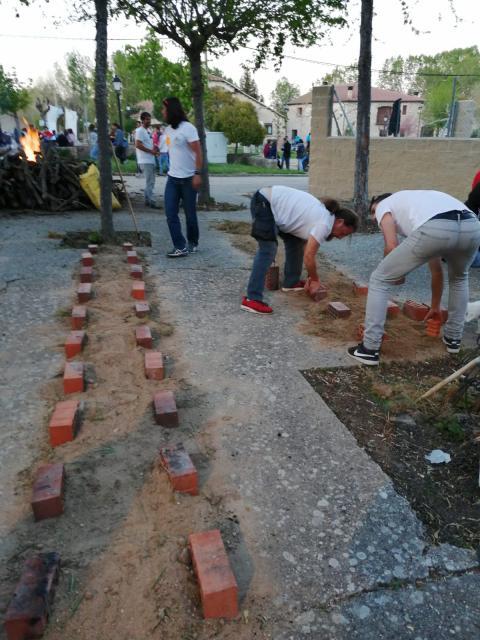 Vecinos arreglando Valdesimonte