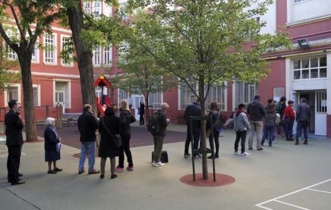 Votantes haciendo cola para entrar en el colegio electoral.