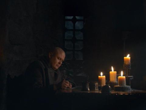 Varys,interpretado por Conleth Hill, escribiendo una carta.