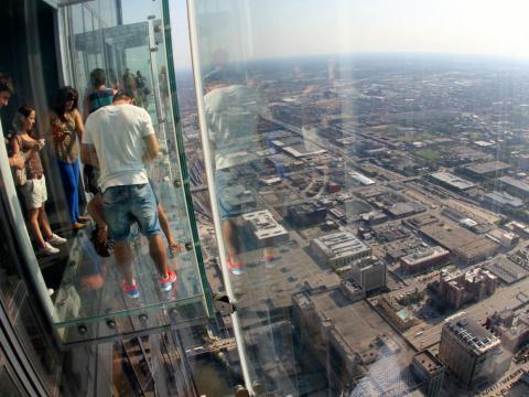 Pero el mirador es muy apretado para los grupos, por lo que puede que termines peleando con los turistas para poder tener una vista buena.