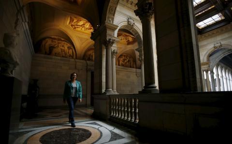 Ada Colau recorre un pasillo del Ayuntamiento de Barcelona.