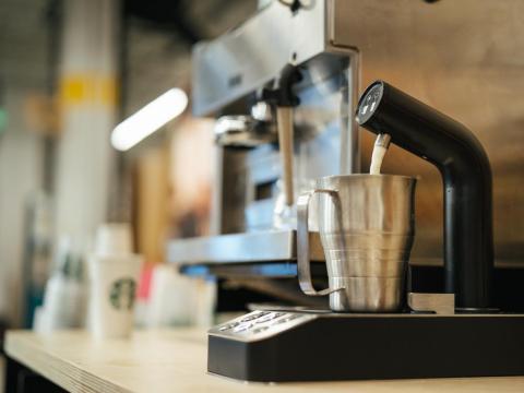 Otro proyecto en el que se trabaja es en el Dispensador de Leche de Precisión, que tiene por objetivo facilitar y agilizar la medición perfecta de la cantidad correcta de leche en las bebidas.
