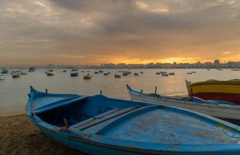 Barcas en una playa de Alejandría, en Egipto