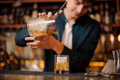 Un barista sirve una copa.