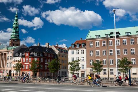 Los viajeros pueden elegir entre ir andando o en bicicleta para cruzar Copenhague.