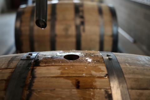 El bourbon White Dog descansa en barricas en su factoría de Texas.