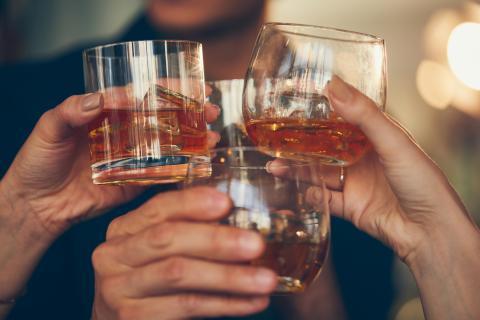 Un brindis con whisky.