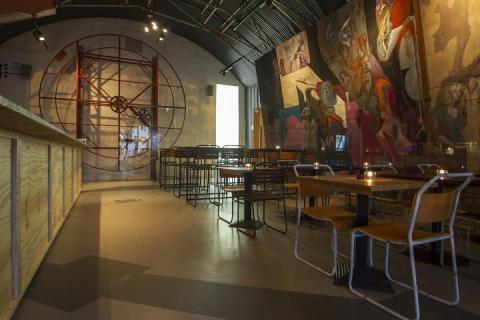 El búnker incluye espacios comunes, como un pub para relajarse un poco mientras el mundo se acaba.