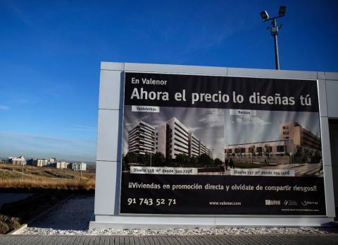 Un cartel de promoción de vivienda en Valdebebas (Madrid)