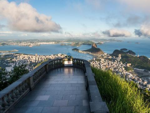 Cristo Redentor es una estatua de 30 metros de altura que se alza en la cima del Monte Corcovado, que se eleva sobre Río de Janeiro, Brasil.