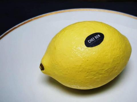 Un postre de limón muy realista.