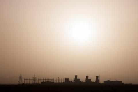 Cielo sobre una planta eléctrica en Omán