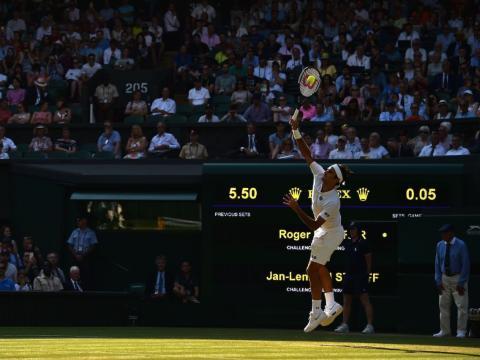 Los colores destacan sobre las sombras durante la tarde en la pista central del All England Lawn Tennis and Croquet Club