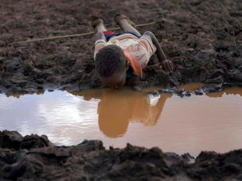 Si el agua subterránea está contaminada con productos químicos tóxicos, puede ser perjudicial para la salud humana.