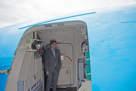 Alvey Pratt, director de aviones de carga convertidos y modificaciones complejas en Boeing Global Services, en el interior de un Air Boeing 737-800BCF en el Paris Air Show el pasado miércoles.