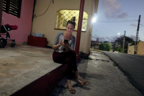 Una cubana navega en internet con su móvil