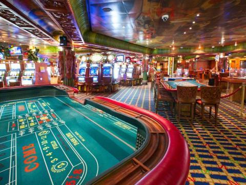 La mayoría de los casinos de los cruceros están abiertos son unas horas y los pasajeros menores de 18 años no tienen permitida la entrada.