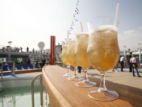 La mayoría de los cruceros ofrecen dos paquetes de bebidas: uno para bebidas ilimitadas como Coca-Cola o similares; y el otro donde se incluye cerveza, vino y licores.