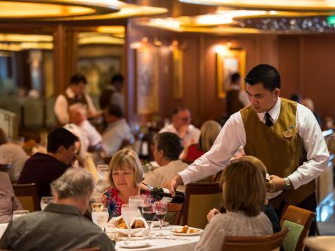 Con multitud de comedores y bares abiertos a lo largo del día y la noche, es prácticamente imposible pasar hambre durante la travesía.