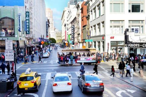 Muchos coches pasan por San Francisco, así que es mejor caminar.