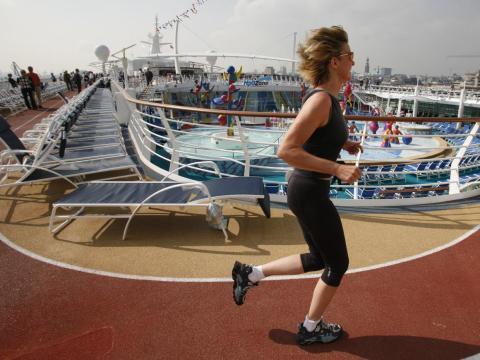 Según la CDC, los brotes de norovirus están vinculados a los cruceros ya que la gente que alguien del crucero lo tiene y se lo pega a otros pasajeros o a la tripulación.