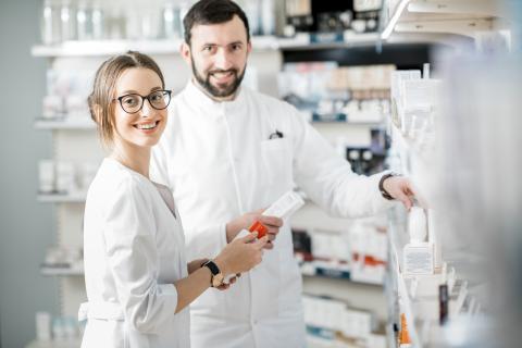 Dos farmacéuticos en un almacén de medicamentos.