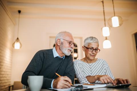 Dos personas planificando su jubilación