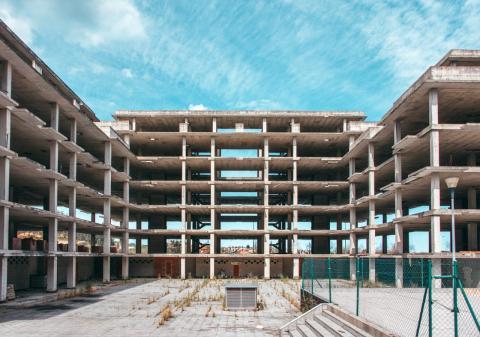 Un edificio abandonado a medio construir a las afueras de Madrid