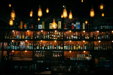 Estanterías de un bar de copas.