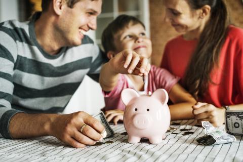 Familia ahorra a largo plazo
