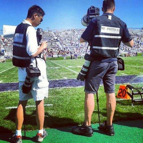 Fotógrafos profesionales en un partido de fútbol americano.