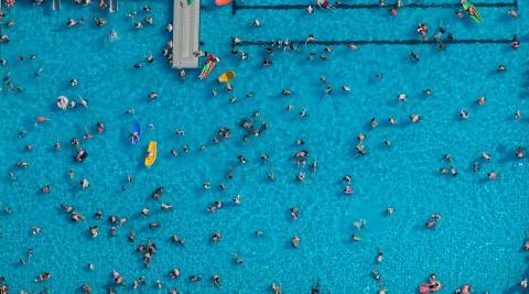 Gente descansando en una piscina al aire libre en Haltern am See, en el oeste de Alemania, el miércoles.