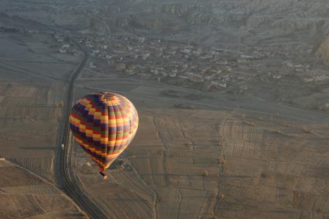 Un globo sobrevuela Capadocia.