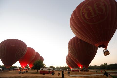 Globos aterrizando tras sobrevolar la antigua ciudad de Bagan.