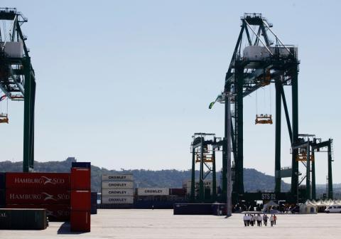 Grúas de traslado de contenedores de carga en el puerto de Mariel, en La Habana (Cuba)