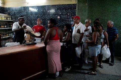 Un grupo de cubanos hacen cola para comprar alimentos en La Habana