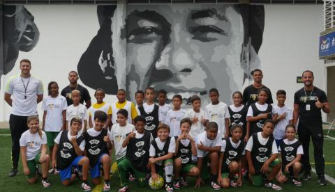 Un grupo de niños participan en un evento de Romancer patrocinado por la fundación de Neymar, Instituto Projeto Neymar Jr.