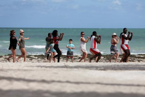 Un grupo de turistas en una playa de Varadero (Cuba)