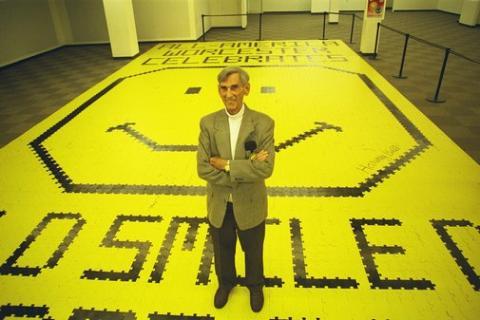 Harvey Ball en el día mundial de la sonrisa del año 2000.