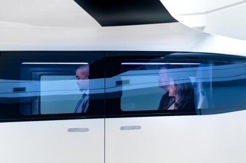 Aquí, un vistazo a la cabina llena de pasajeros.