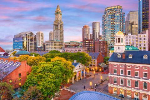 Puedes caminar o usar el transporte público para moverte por Boston.