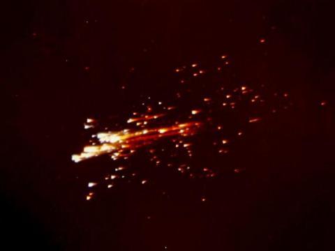 Imagen del módulo de servicio, desintegrándose al atravesar la atmósfera terrestre.