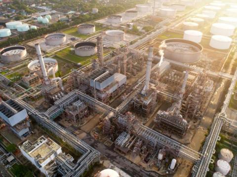 Vista aérea de una refinería de petróleo y una planta petroquímica al atardecer, Bangkok, Tailandia.