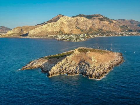 Isola delle Femmine, con la costa de Sicilia al fondo