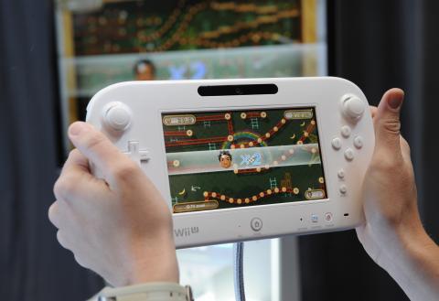 Jugando a la Nintendo Wii U.