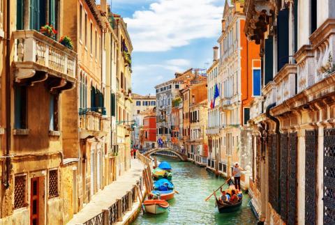 Es más probable que navegues en góndola antes de que conduzcas un coche en Venecia.