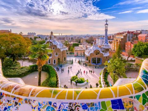Situado en Monte Carmelo, en Barcelona, España, el Parque Güell es una pintoresca atracción turística que ofrece unas vistas espectaculares de la ciudad.